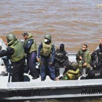 Militares da Marinha e policiais civis e militares a bordo de Lancha de Ação Rápida