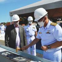 "Almirante de Esquadra Cunha durante o ato simbólico de batimento da quilha do NAsH ""Anna Nery"""